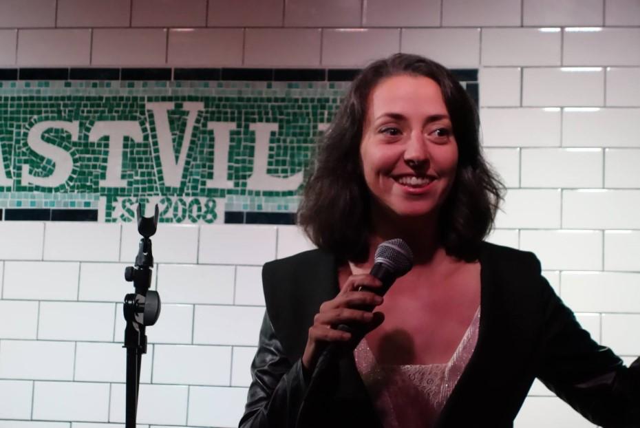 Magda într-un show de stand-up comedy la New York