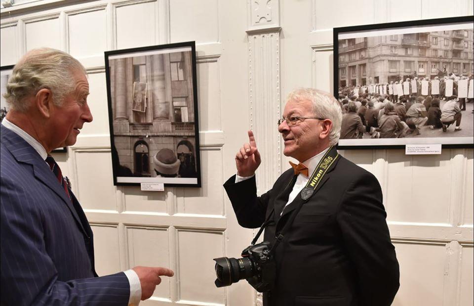 Prințul Charles și fotograful Agerpres, Sorin Lupșa foto: Radu Tuță, Agerpres