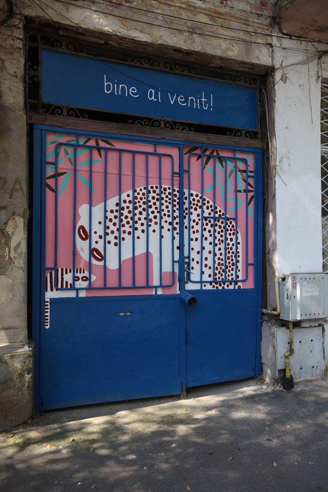 Ana Bănică a pictat intrarea în atelierul său din București