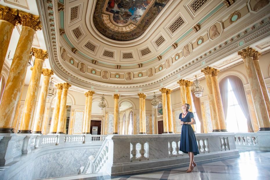 Cristina Verona și fresca pictată de Arthur Verona la Palatul Regal foto: Bogdan Iordache/PhotoCube