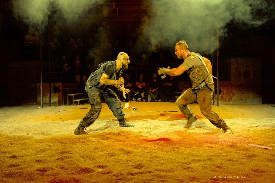 Constantin Dogioiu și Șerban Pavlu în spectacolul Coriolanus foto: Cosmin Ardeleanu