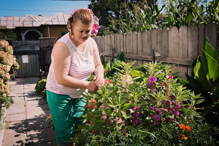 Doamna Laura are o grădină plină cu flori/ foto: Dani Manole