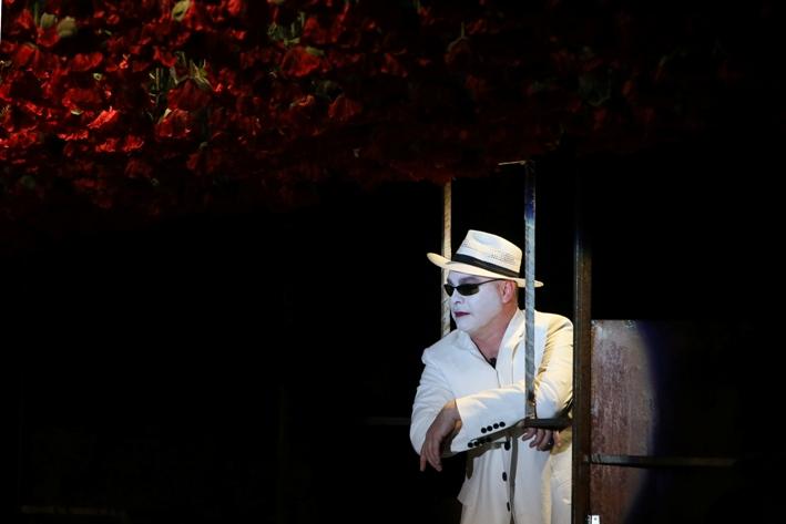 Vlad Ivanov în spectacolul Omul cel bun din Seciuan/ foto: Mihaela Marin