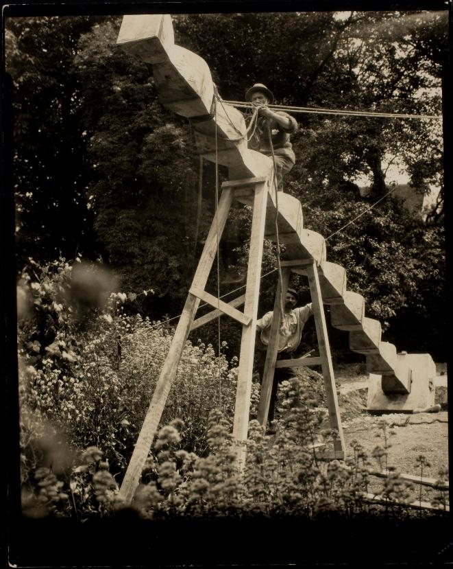 Fotografie din colecția Muzeului George Eastmen: Brâncuși și Coloana Infinitului