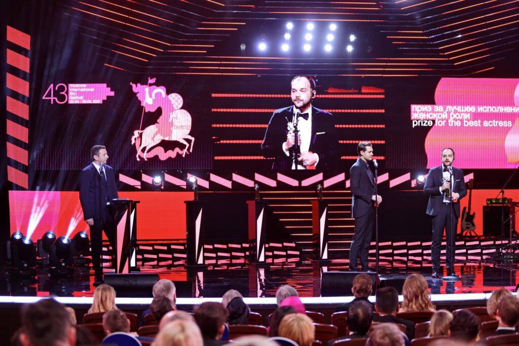 Andrei Huțuleac acceptând premiu pentru #dogpoopgirl