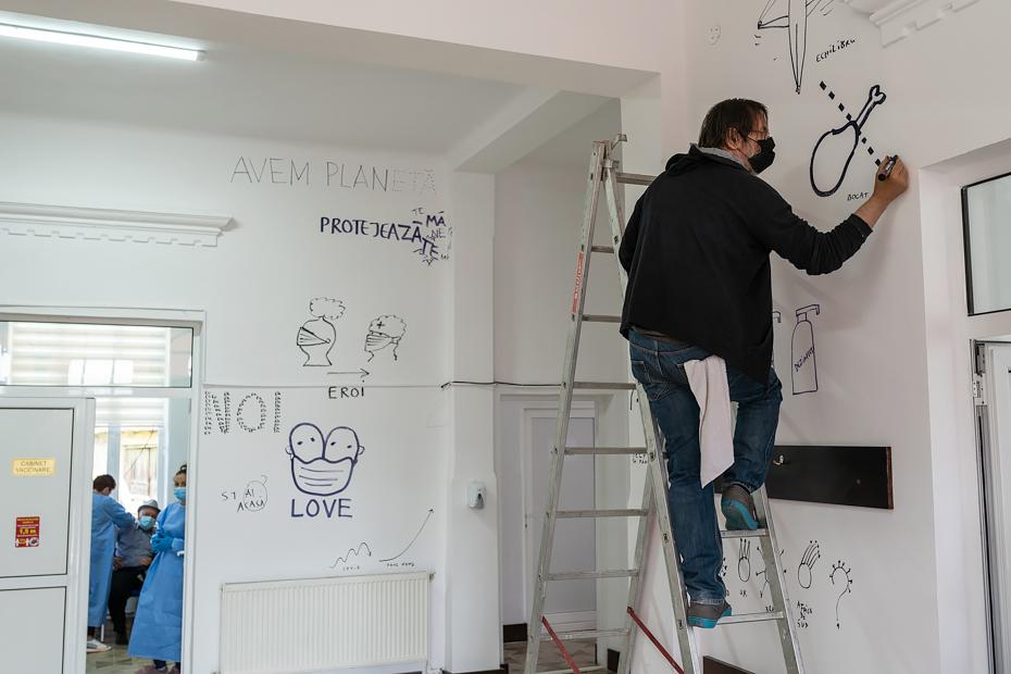 Dan Perjovschi la Fierbinți/ foto: Adrian Scutariu