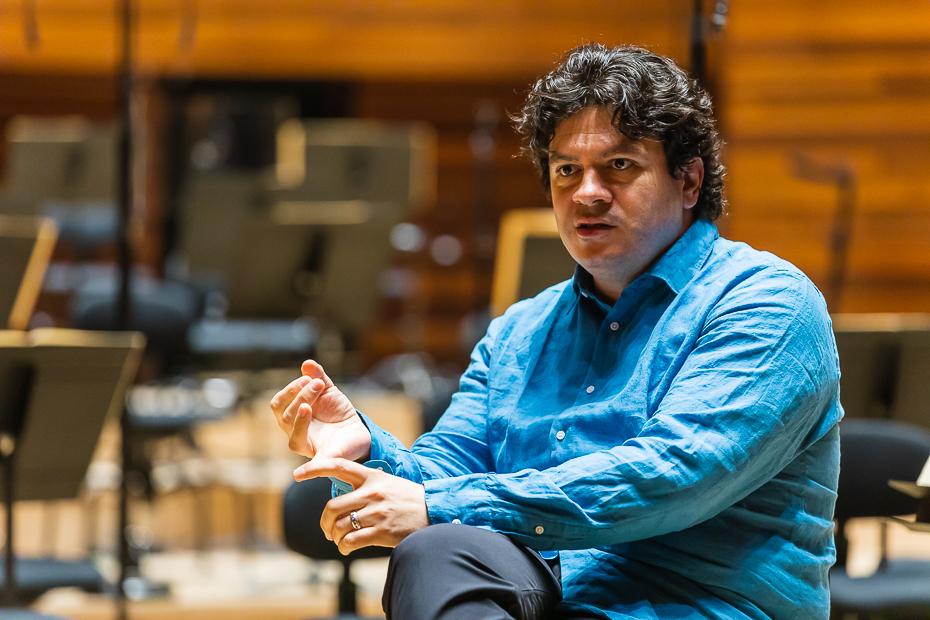 istian Măcelaru, enumerând românii din Orchestra Națională a Franței/ foto: Bogdan Iordache/ Cultura la dubă