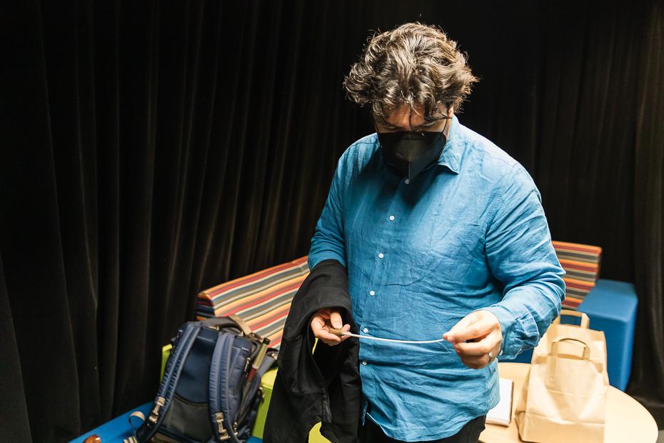 Cristian Măcelaru în cabina personală de la Radio France/ foto: Bogdan Iordache/ Cultura la dubă