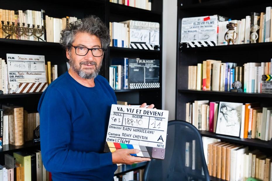 Radu Mihăileanu și clacheta filmului Va, vis et Deviens, realizat în 2004/ foto: Bogdan Iordache/ Cultura la dubă