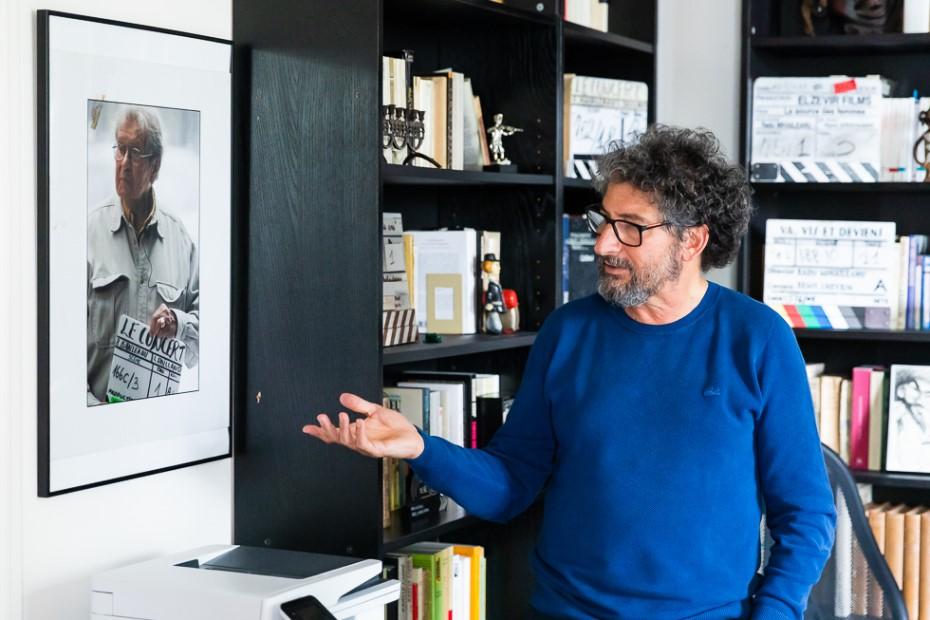 Radu Mihăileanu privind către fotografia tatălui său/ foto: Bogdan Iordache/ Cultura la dubă